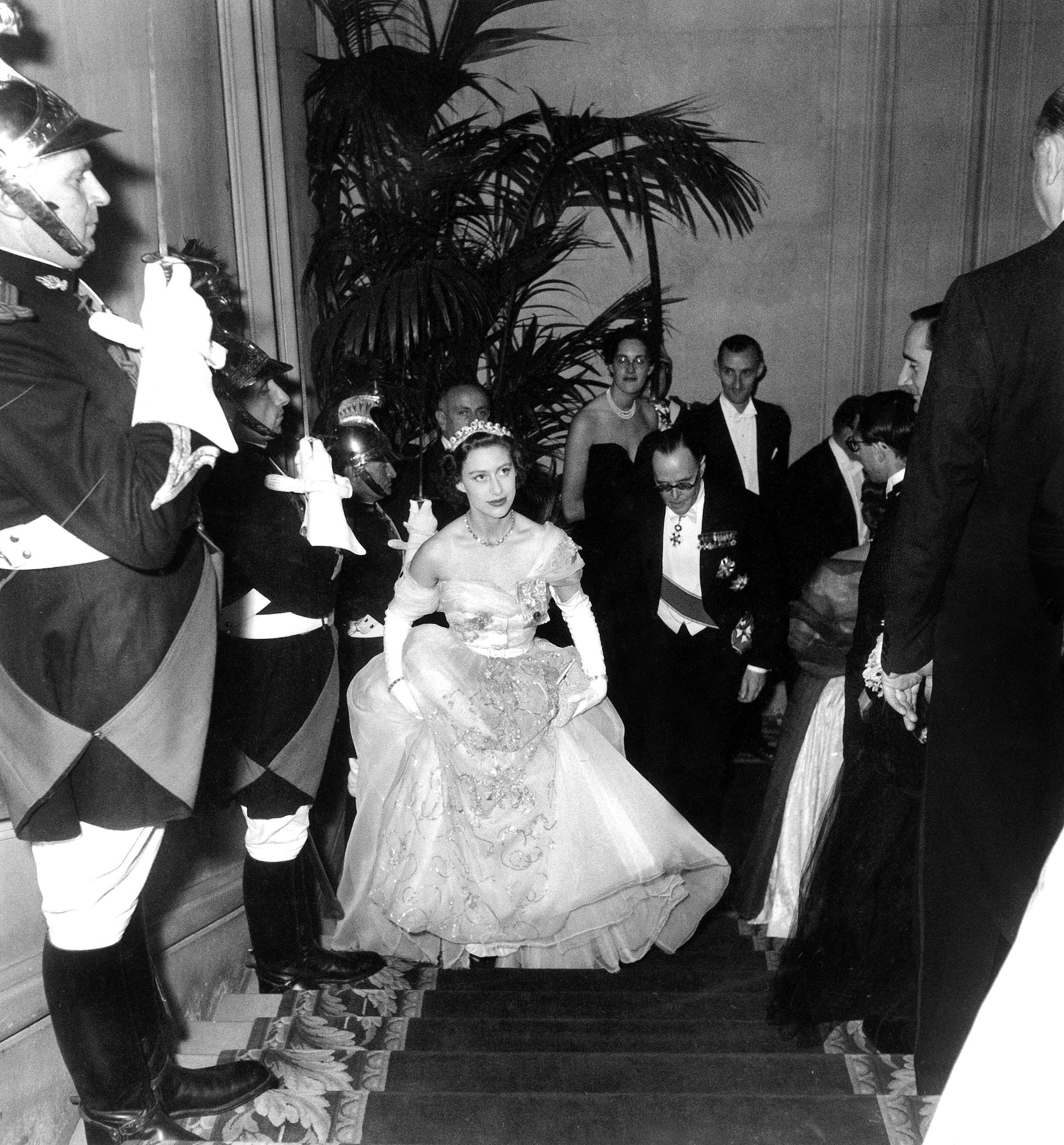 La princesse Margaret d'Angleterre accompagnee de Sir Oliver Harvey lors d'un voyage a Paris saluee par la garde republicaine lors de son arrivee au bal du Cercle Interallie au benefice du British Hertford Hospital le 21 novembre  1951  (elle porte le diademe en diamants Cartier que portera KateMiddleton pour son mariage en -2011) --- Princess Margaret with Sir Oliver Harvey in Paris arriving at a charity ball November 21, 1951 (diamond tiara by Cartier worn by KateMiddleton for her wedding in -2011)