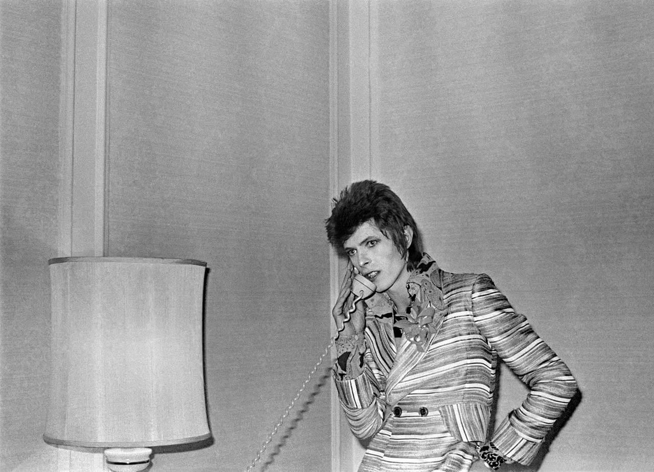 BowieWithLampAndPhone_Philadelphia_1972_1620cMickRock005_l